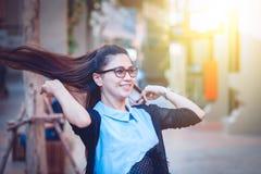 Женщины Азии в нерабочем дне ослабляют на городе Стоковые Изображения