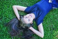 Женщины Азии ослабляя в зеленой траве Стоковые Фотографии RF