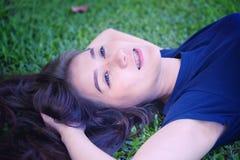 Женщины Азии ослабляя в зеленой траве Стоковая Фотография RF