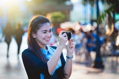 Женщины Азии с камерой в нерабочем дне ослабляют на городе Стоковая Фотография RF