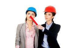 2 женщины архитекторов обсуждая Стоковые Фотографии RF