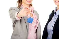 2 женщины архитекторов с ключом дома Стоковая Фотография