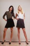2 женщины африканец и кавказский представлять моды Стоковые Фотографии RF