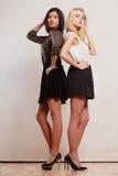 2 женщины африканец и кавказский представлять моды Стоковое фото RF