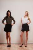 2 женщины африканец и кавказский представлять моды Стоковая Фотография RF