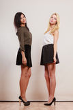 2 женщины африканец и кавказский представлять моды Стоковая Фотография