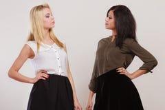 2 женщины африканец и кавказский представлять моды Стоковое Изображение RF
