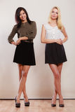 2 женщины африканец и кавказский представлять моды Стоковое Фото