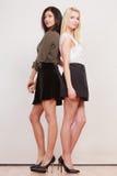 2 женщины африканец и кавказский представлять моды Стоковые Фото
