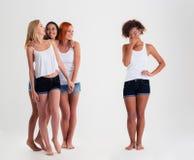 Женщины Афро американские стоя пока друзья смеясь над с ей Стоковое фото RF
