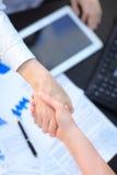 Женщины дают рукопожатие после согласования Стоковые Фотографии RF