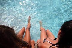 2 женщины бассейном Стоковые Фото