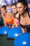 Женщины балансируя на шарике bosu Стоковое Изображение