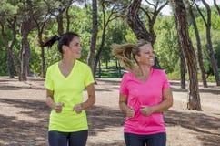 2 женщины бегут Стоковые Фотографии RF