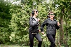2 женщины бежать в парке Стоковое Изображение RF