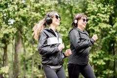 2 женщины бежать в парке Стоковое фото RF