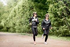 2 женщины бежать в парке Стоковая Фотография RF