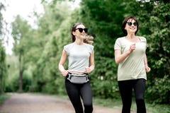 Женщины бежать в парке Стоковая Фотография RF