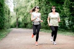 Женщины бежать в парке Стоковые Изображения RF