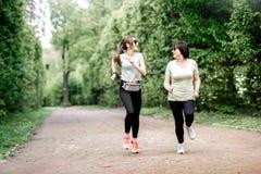 Женщины бежать в парке Стоковые Изображения