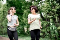 Женщины бежать в парке Стоковые Фото