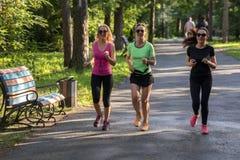 Женщины бежать в парке Стоковые Фотографии RF
