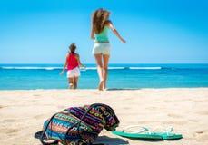 2 женщины бежать к океану Стоковая Фотография RF