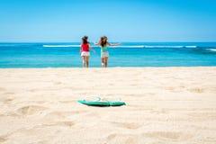 2 женщины бежать к океану Стоковое Фото