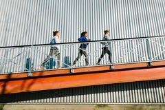Женщины бежать на пандусе стоковое изображение
