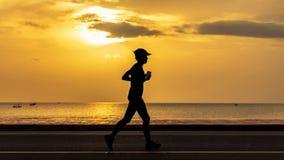 Женщины бежать на пляже Стоковые Изображения