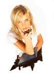 женщины белокурого телефона удерживания скоросшивателя клетки сексуальные белые Стоковое Изображение RF