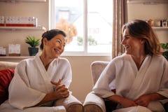 Женщины беседуя в приемной курорта Стоковое фото RF