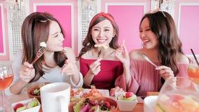 Женщины беседуя в ресторане Стоковое фото RF