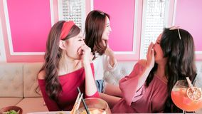 Женщины беседуя в ресторане Стоковые Изображения