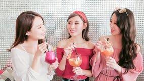 Женщины беседуя в ресторане Стоковое Изображение RF