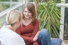 2 женщины беседуют дома Стоковая Фотография