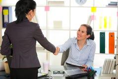 2 женщины беседуют друг к другу в офисе Стоковые Изображения