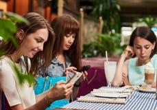 Женщины беседуя в кафе Стоковое Изображение