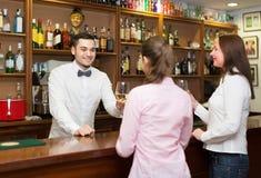 Женщины беседуя и выпивая вино в баре Стоковые Фото
