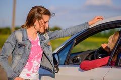 2 женщины беседуя на обочине Стоковое фото RF