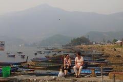 2 женщины беседуя на озере phewa Стоковые Фотографии RF
