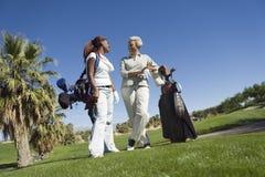 Женщины беседуя на поле для гольфа Стоковое Фото