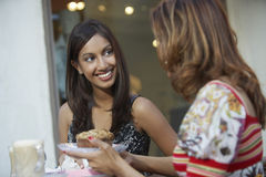 Женщины беседуя на таблице кафа Стоковые Фото