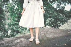 Женщины битника и платья белизны ослабляя в лесе Стоковые Изображения