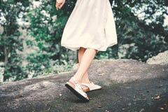 Женщины битника и платья белизны ослабляя в лесе Стоковые Фотографии RF