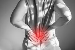 Женщины боль в спине Используемая поддержка руки на талии Стоковые Изображения