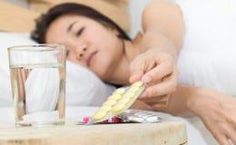 Женщины больные и хотят едят медицину Стоковые Фото