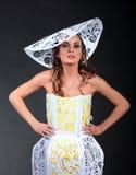 женщины бумаги шлема dreass молодые стоковая фотография