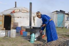 Женщины варят перед входом yurt, около Harhorin, Монголия Стоковая Фотография RF