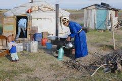 Женщины варят перед входом yurt около Harhorin, Монголия Стоковые Изображения